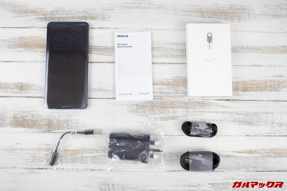 Nokia 9 PureViewの付属品は保護ケースやカバー以外は揃っています。