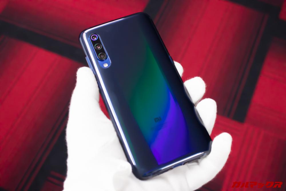 Xiaomi Mi 9は付属のブラックケースに入れても色の変化を感じる事が出来ます。