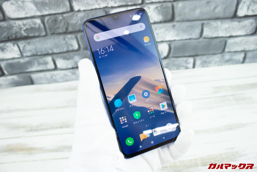 Xiaomi Mi 9を持った感じは従来の5.2型と変わらないくらい。
