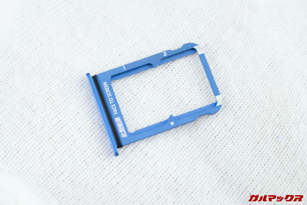 Xiaomi Mi 9のSIMトレイはNanoSIMが2枚挿入可能。MicroSDは非対応です。