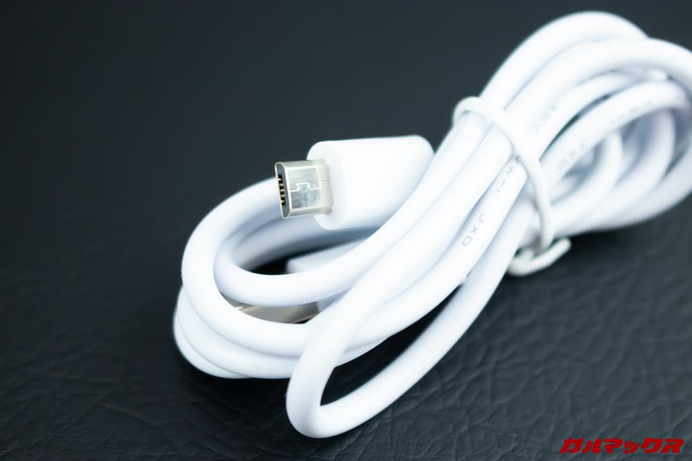 Elephone A6 miniに付属の充電ケーブルは端子先端がロングサイズとなるMicroUSBケーブルです。