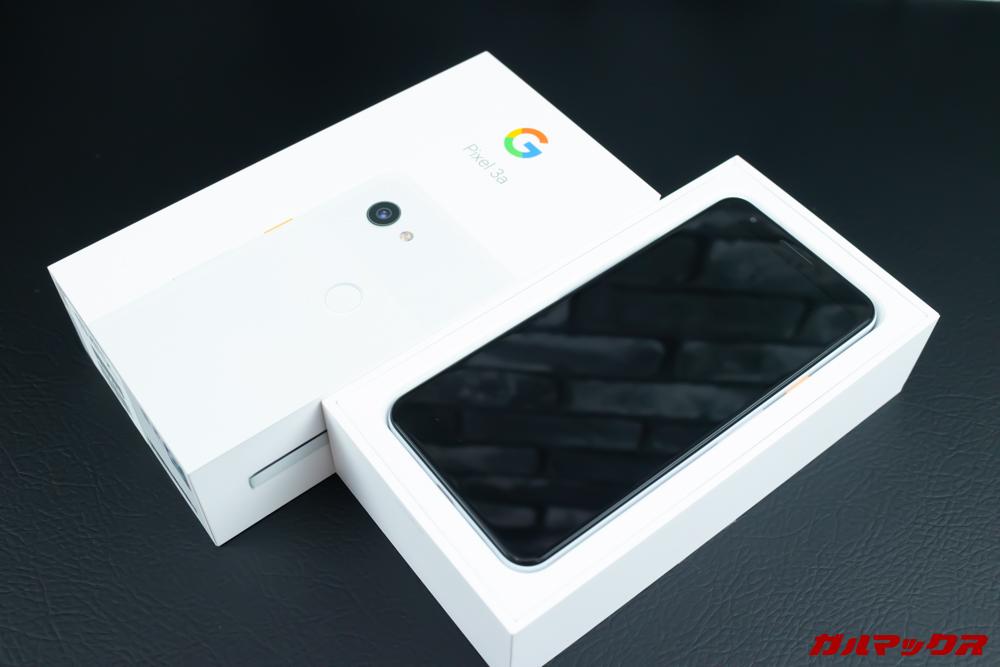 Google Pixel 3a/3a XLの外装の蓋をあけると最上段は本体が入っています。