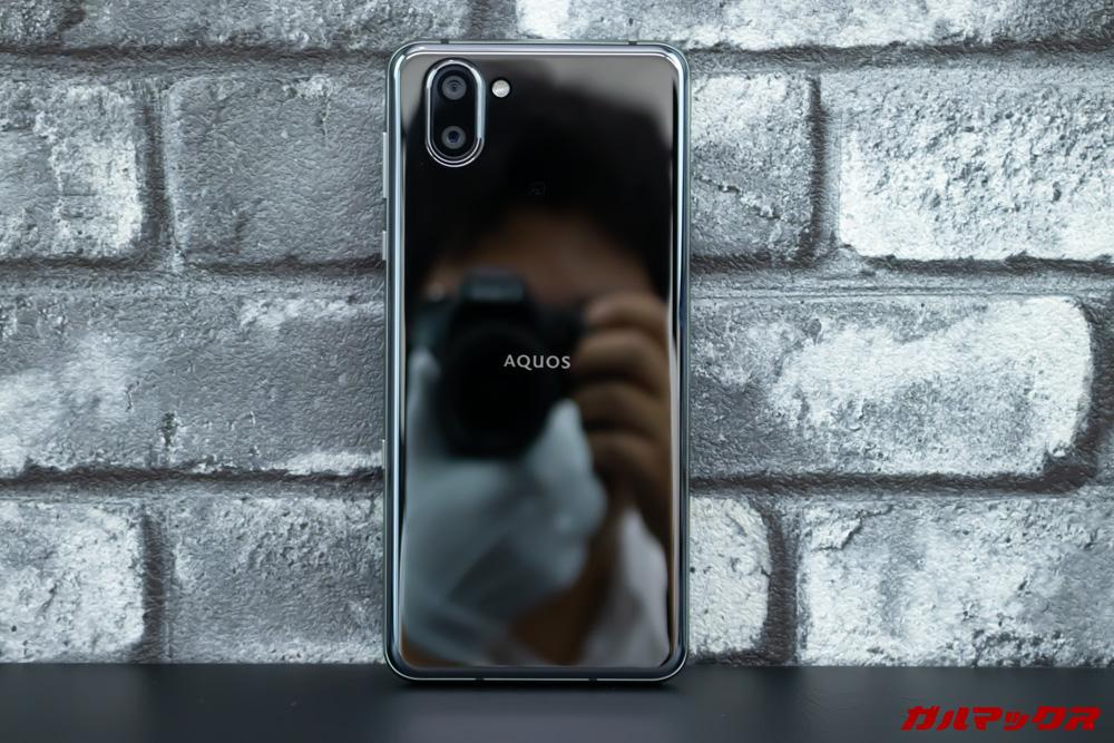AQUOS R3のブラックは鏡のような加工が施されている。