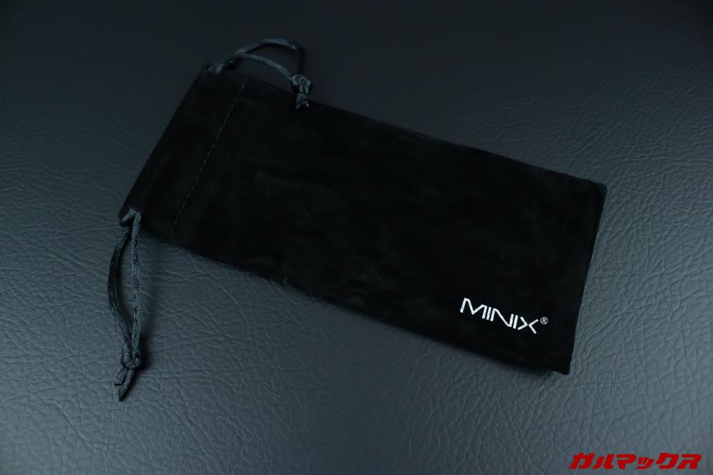 MINIX NEOは持ち運びケースが付属