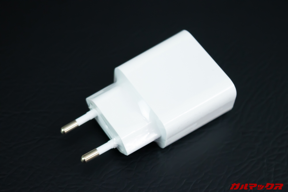 Xiaomi Mi A3の充電器は日本のコンセントに直接挿すことが出来ないので変換アタッチメントが必要。