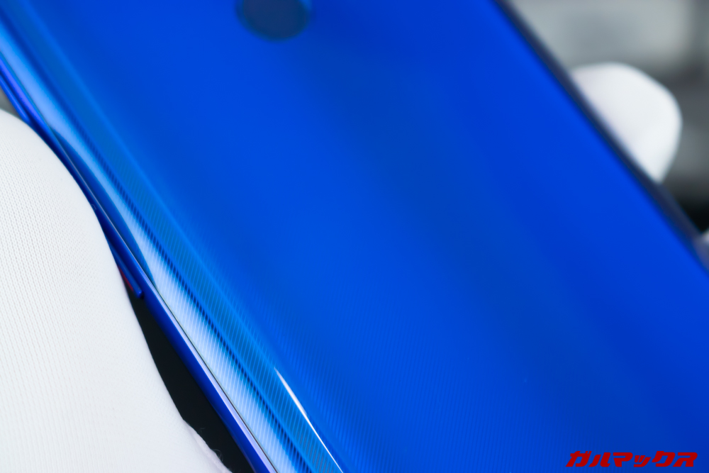 UleFone Power 6の背面は鮮やかなブルーカラーで、斜めのラインが入っているデザイン性の高い背面パネル
