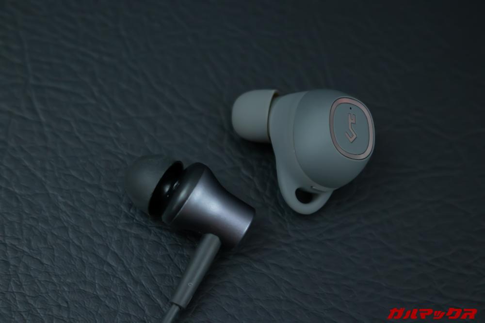 AUKEY Key Series EP-T10のサイズ感は有線イヤホンと比較するとやや大きく感じる。