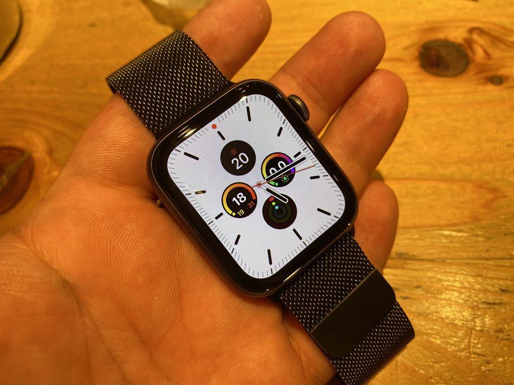 Apple Watch Series 5の購入雨後、待ちきれずに喫茶店で開封