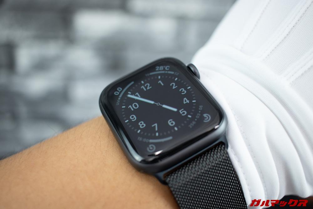 Apple Watch Series 5の常時表示モード中は動きのあるギミックがオフになり薄っすらと文字盤を表示する。