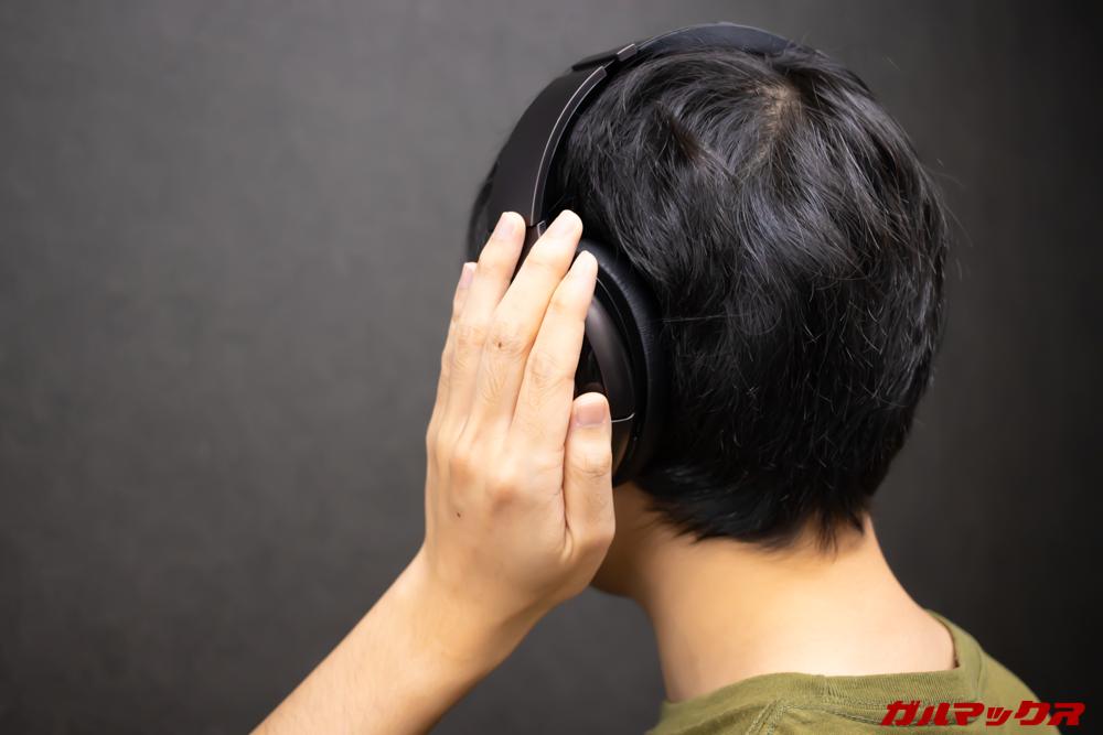 Mu6のL側に手をかぶせると周囲の環境音を取り込みながら音量を自動で一時的に下げてくれるので会話もOK。
