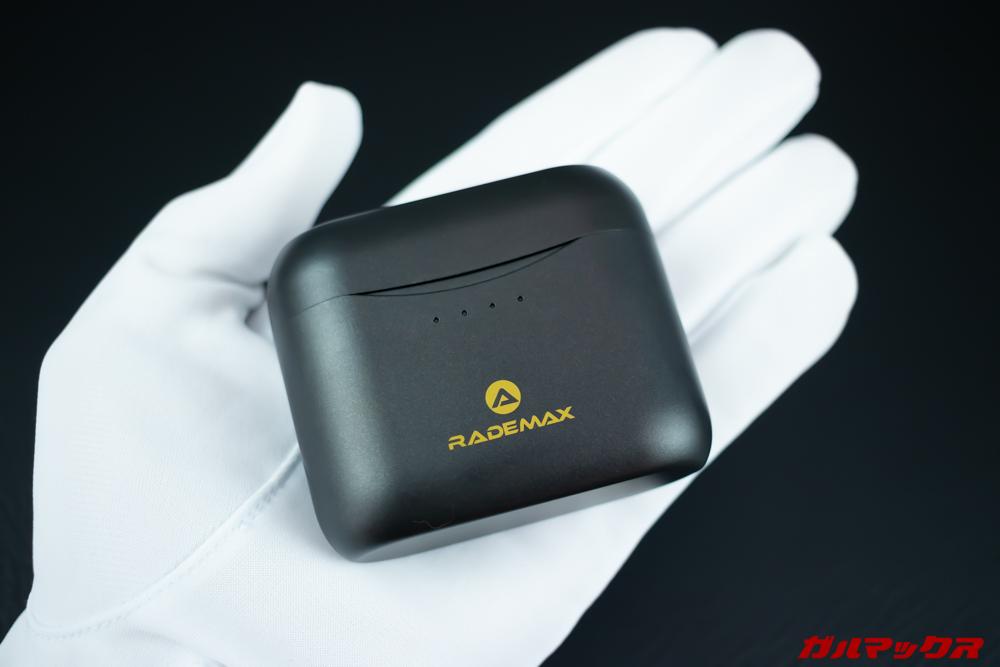 Rademax LEOのケースは丸みを帯びているのでポケットにもするりと入る