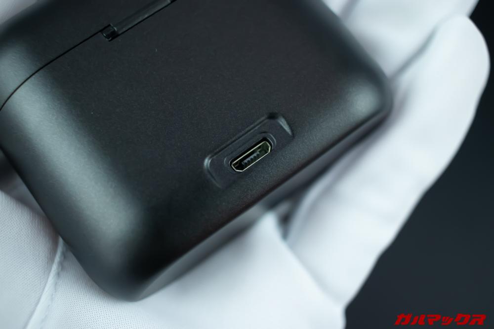 Rademax LEOのケース背面には充電端子が備わっている。