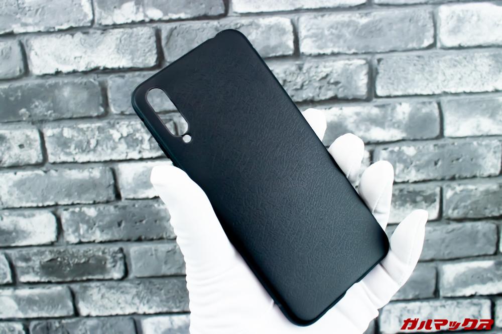 UMIDIGI Xに付属のケースはブラックの革調です。