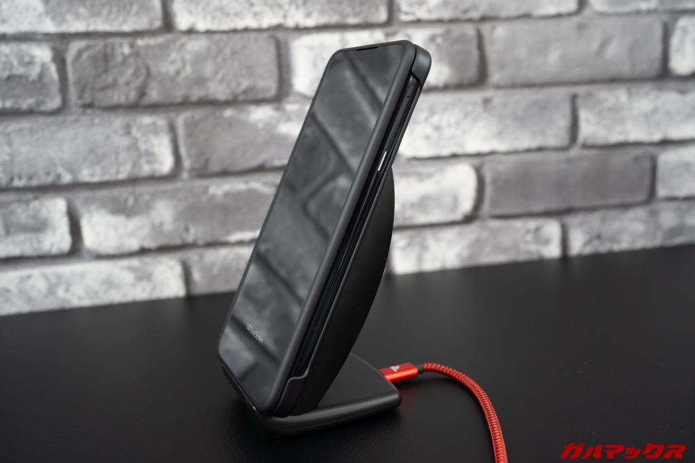 LG G8X ThinQはワイヤレス充電に対応しているのでケースを付けたままでも充電可能!