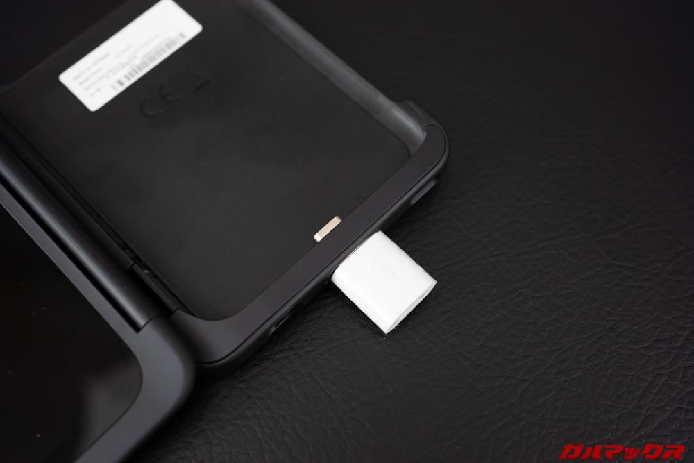 LG G8X ThinQの2画面ユニットを取り付けている時は充電ケーブルがそのままさせないので、付属のマグネットアタッチメントを利用する。