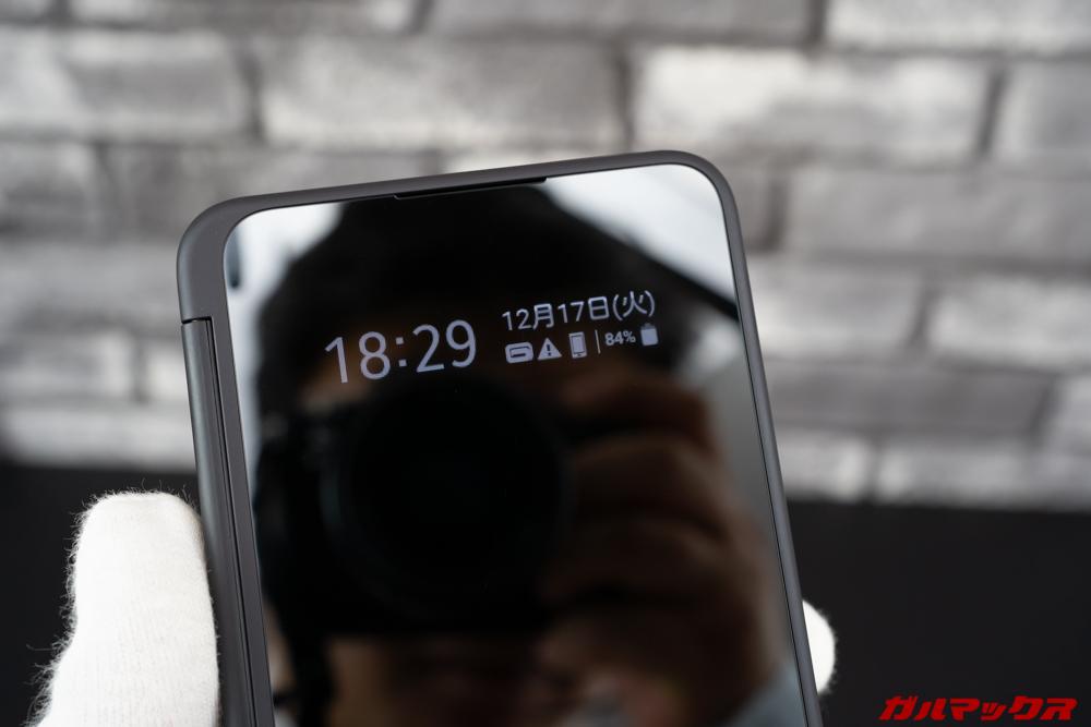 LG G8X ThinQは閉じた状態でも各種情報をチェック出来る小窓が備わっている