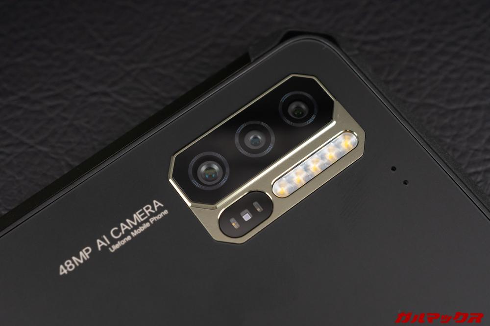 Ulefone Armor 7のカメラユニットは5連フラッシュと心拍センサーがワンユニットで埋め込まれている。